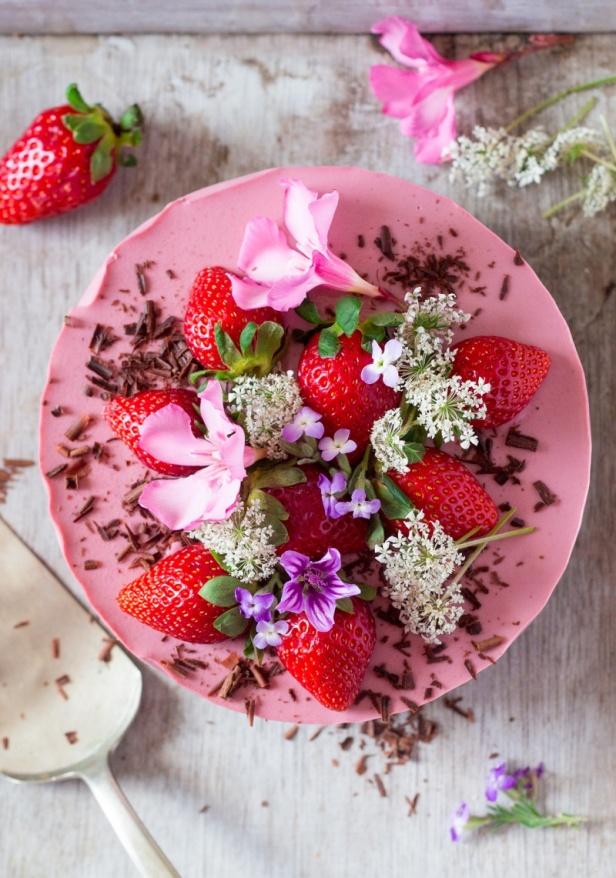 vegan-oilfree-strawberry-cheesecake-top-down-800x1141
